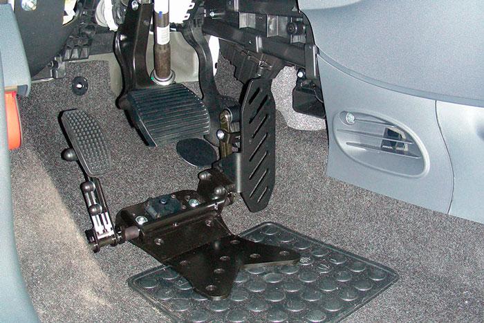 Pedal acelerador lado izquierdo reversible