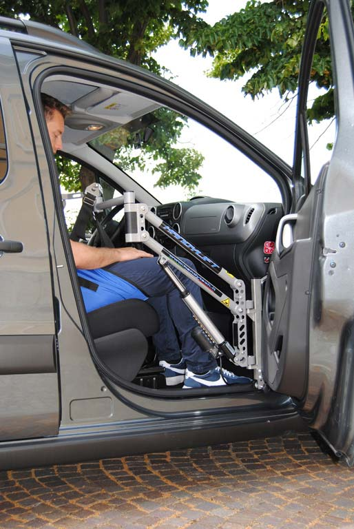 GRÚA ELEVA PERSONAS en silla de ruedas a auto HANDYLIFT